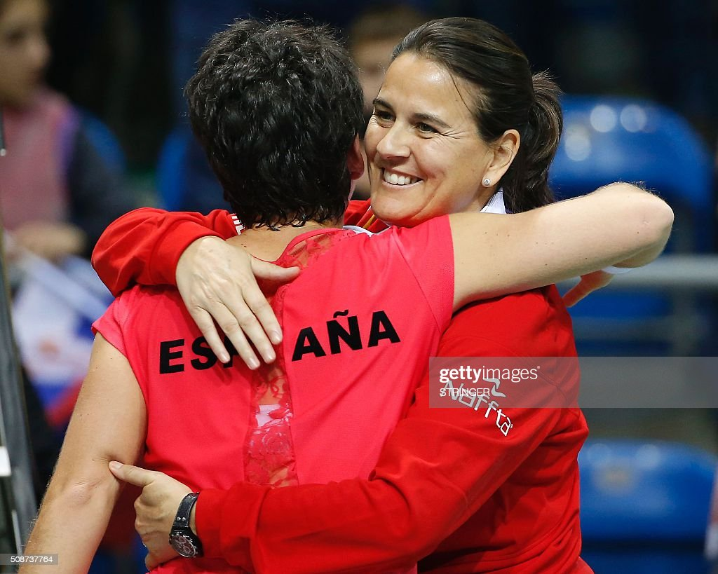 Spain's player Carla Suarez Navarro (R) celebrates her victory against Serbia's player with the team captain Conchita Martinez (R) during the tennis match of the first round of the International Tennis Federation Cup between Serbia and Spain on February 6, 2016 in Kraljevo. / AFP / STRINGER