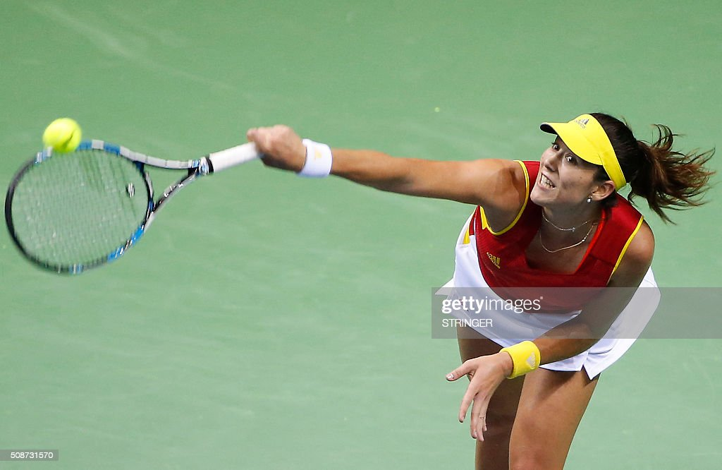 Spain's player Garbine Muguruza returns the ball to Serbia's player Ivana Jorovic during the tennis match of the first round of the International Tennis Federation Cup between Serbia and Spain on February 6, 2016 in Kraljevo. / AFP / STRINGER