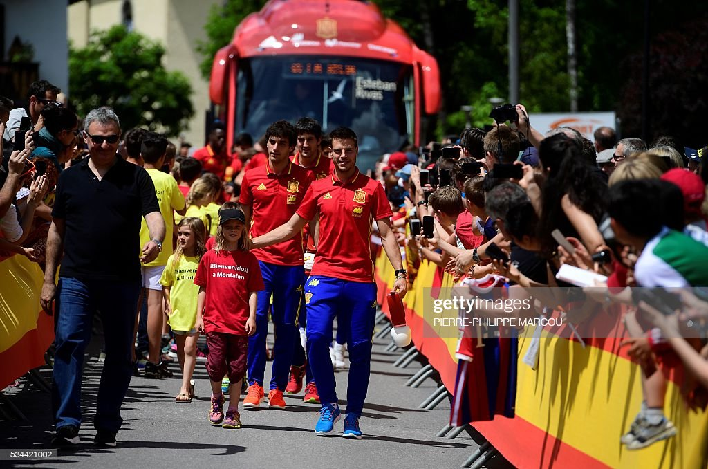 Spain's players arrive at their hotel in Schruns on May 26, 2016 where they will train for the upcoming Euro 2016 European football championships. / AFP / PIERRE