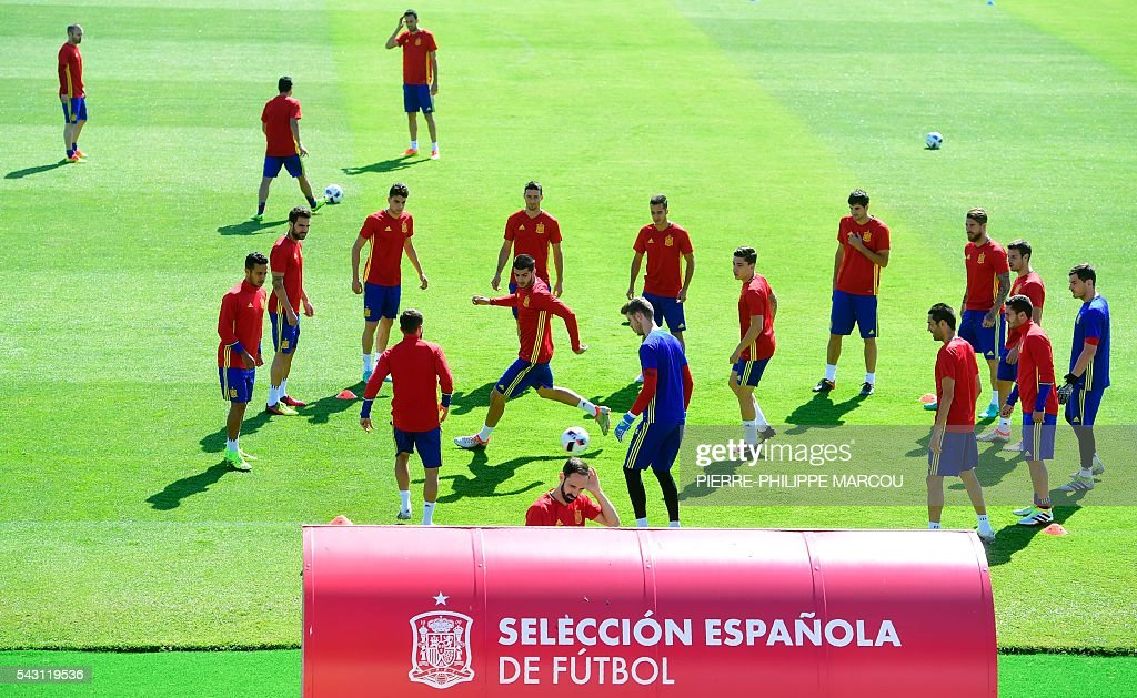 Spain's players attend a training session at Saint Martin de Re's stadium on June 26, 2016, on the eve of their match against Italy during the Euro 2016 football tournament. / AFP / PIERRE