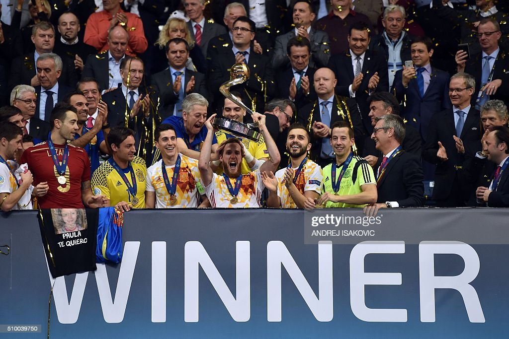 Spain's players celebrate with the trophy after winning the UEFA Futsal EURO 2016 final match between Russia and Spain in Belgrade on February 13, 2016. / AFP / ANDREJ ISAKOVIC