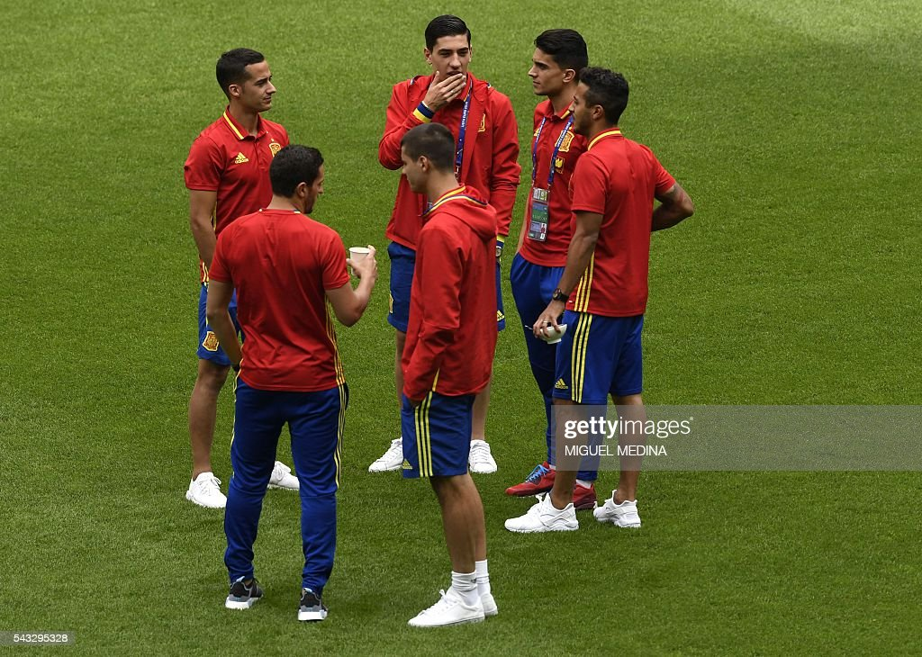 Spain's players gather on the pitch before the Euro 2016 round of 16 football match between Italy and Spain at the Stade de France stadium in Saint-Denis, near Paris, on June 27, 2016. / AFP / MIGUEL