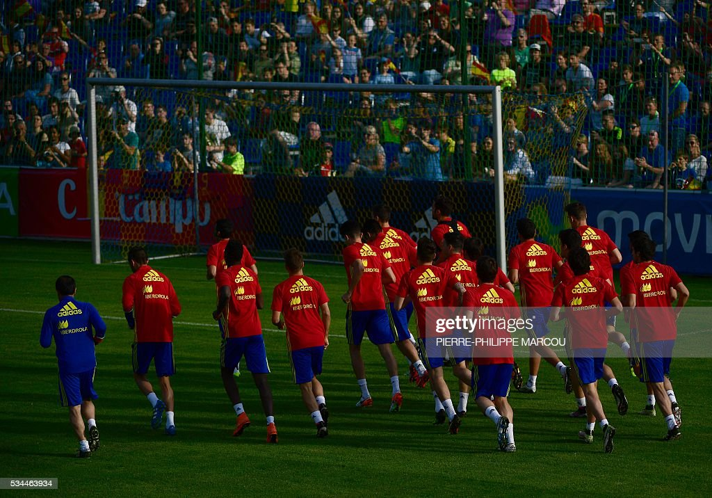 Spain's players train in Schruns on May 26, 2016 preparing for the upcoming Euro 2016 European football championships. / AFP / PIERRE