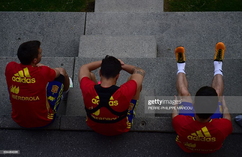 Spain's players wait for a training session in Schruns on May 26, 2016 preparing for the upcoming Euro 2016 European football championships. / AFP / PIERRE