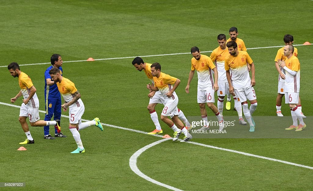 Spain's players warm up before the Euro 2016 round of 16 football match between Italy and Spain at the Stade de France stadium in Saint-Denis, near Paris, on June 27, 2016. / AFP / MIGUEL