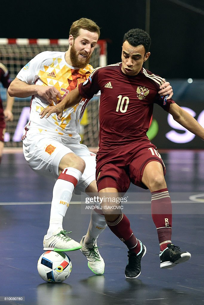 Spain's Pola (L) vies with Russia's Robinho (R) during the UEFA Futsal EURO 2016 final match between Russia and Spain in Belgrade on February 13, 2016. / AFP / ANDREJ ISAKOVIC