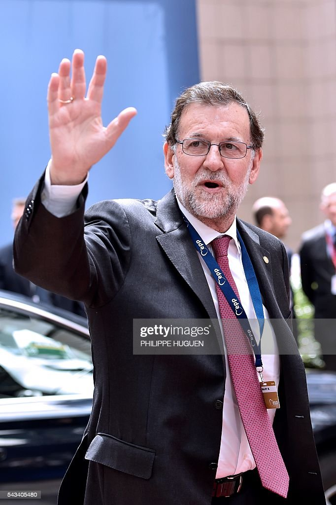 Spain's Prime minister Mariano Rajoy waves to journalists as he arrives before an EU summit meeting on June 28, 2016 at the European Union headquarters in Brussels. / AFP / PHILIPPE