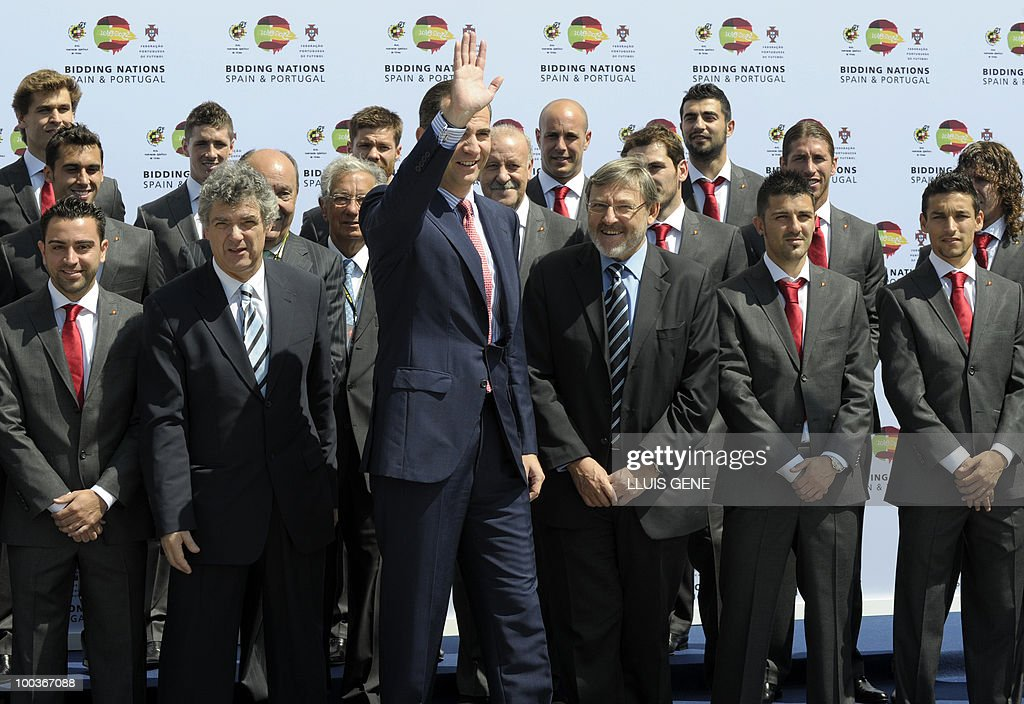 Spain's Prince Felipe (C) waves beroe posing with the Spanish football team on May 24, 2010, at the Sports City of Las Rozas, near Madrid. Spain, among the favourites for the World Cup, which runs from June 11-July 11, face Switzerland, Honduras and Chile in Group H of the opening round.