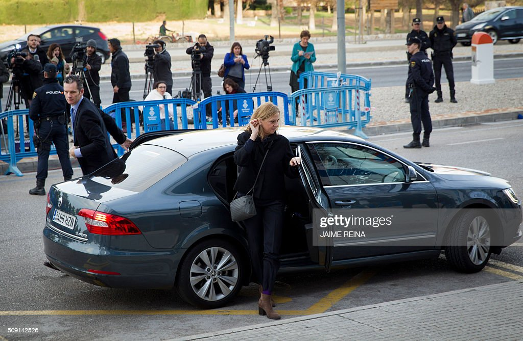 Spain's Princess Cristina (R) and her husband, former Olympic handball player Inaki Urdangarin arrive for a hearing in the courtroom at the Balearic School of Public Administration (EBAP) building in Palma de Mallorca, on the Spanish Balearic Island of Mallorca on February 9, 2016. The trial for corruption in a high stakes case of Spain's Princess Cristina, the sister of King Felipe VI, and her husband, former Olympic handball player Inaki Urdangarin, started again today in Palma. / AFP / JAIME REINA