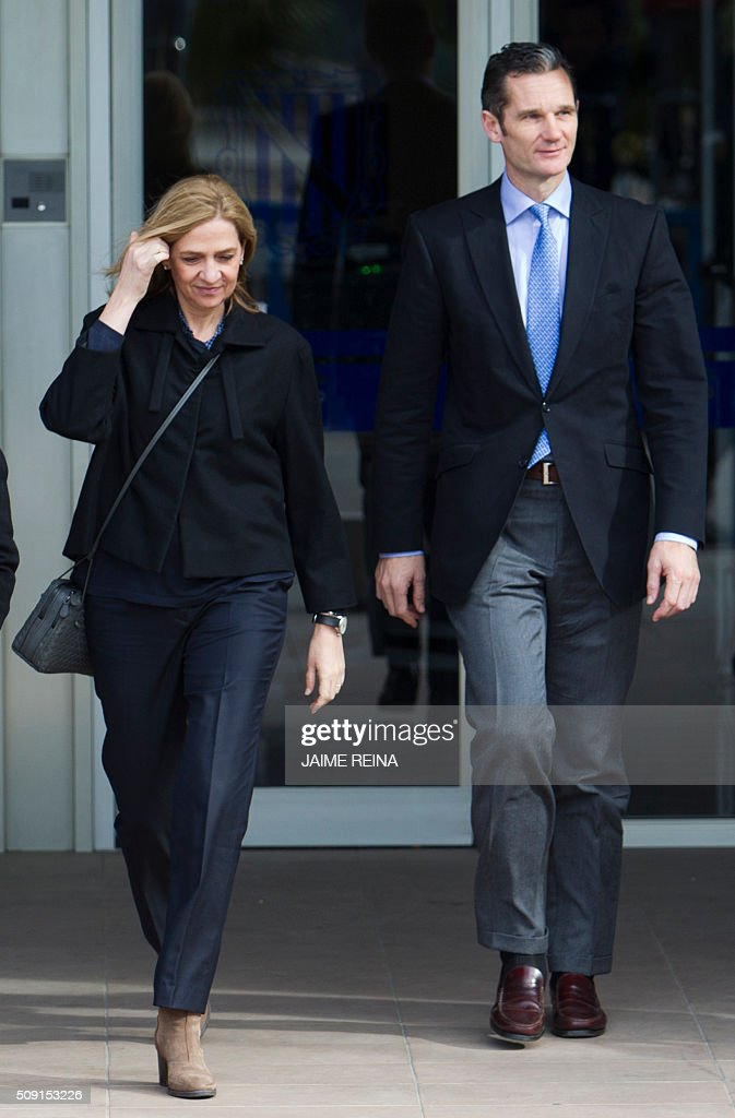Spain's Princess Cristina (L) and her husband, former Olympic handball player Inaki Urdangarin leave after a hearing at the courtroom in the Balearic School of Public Administration (EBAP) building in Palma de Mallorca, on the Spanish Balearic Island of Mallorca on February 9, 2016. The trial for corruption in a high stakes case of Spain's Princess Cristina, the sister of King Felipe VI, and her husband, former Olympic handball player Inaki Urdangarin, started again today in Palma. / AFP / JAIME REINA