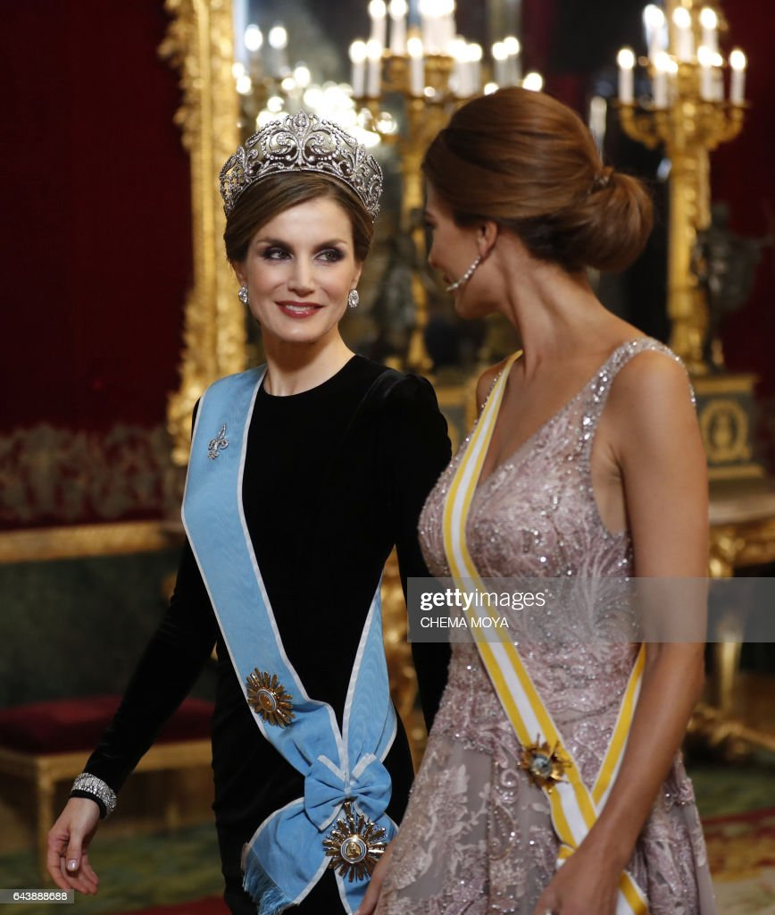 Spain's Queen Letizia, (L), Argentinian President's wife Juliana Awada, walk before a gala dinner at the Royal Palace in Madrid on February 22, 2017. Argentinian President Mauricio Macri, on a three day official visit to Spain, called for Spanish companies to invest in his country, where there is a new stage of 'macroeconomic stability and clear rules of the game'. / AFP / POOL AND EFE / Chema Moya