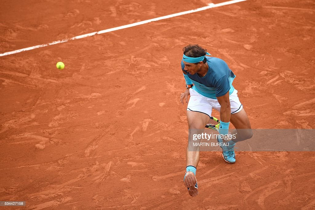 Spain's Rafael Nadal returns the ball to Argentina's Facundo Bagnis during their men's second round match at the Roland Garros 2016 French Tennis Open in Paris on May 26, 2016. / AFP / MARTIN