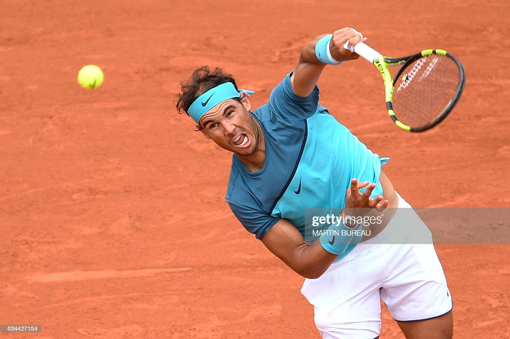 Spain's Rafael Nadal serves the ball to Argentina's Facundo Bagnis during their men's second round match at the Roland Garros 2016 French Tennis Open in Paris on May 26, 2016. / AFP / MARTIN