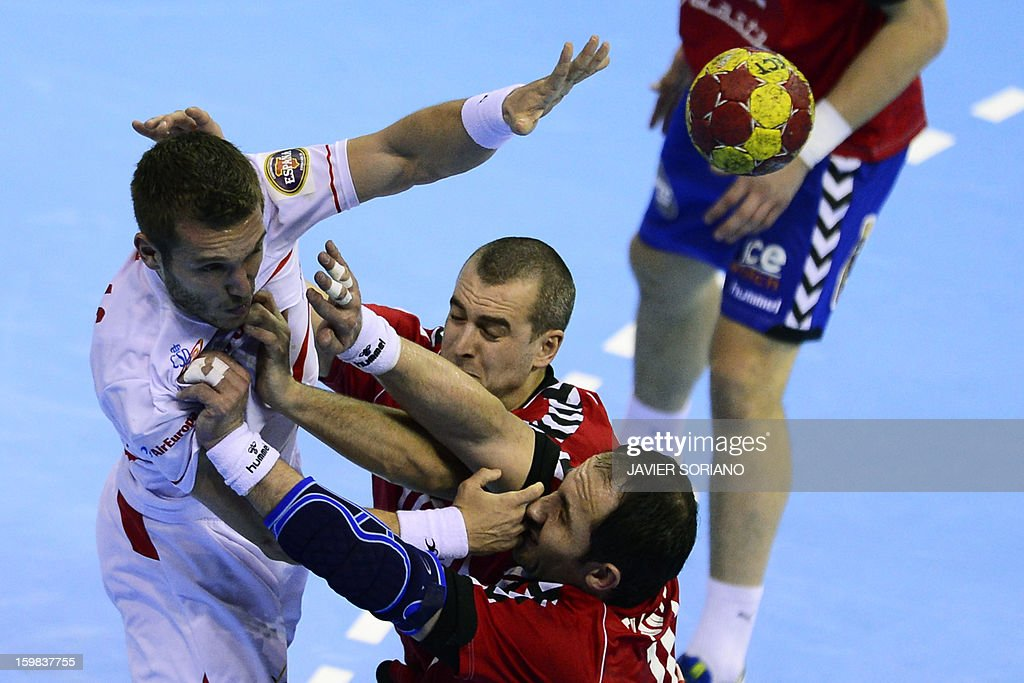 Spain's right wing Victor Tomas (L) vies with Serbia's left back Milos Dragas (C) and Serbia's pivot Alem Toskic during the 23rd Men's Handball World Championships round of 16 match Serbia vs Spain at the Pabellon Principe Felipe in Zaragoza on January 21, 2013.