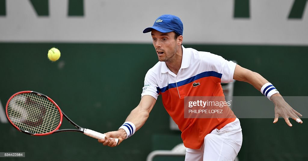 Spain's Roberto Bautista Agut returns the ball to France's Paul-Henri Mathieu during their men's second round match at the Roland Garros 2016 French Tennis Open in Paris on May 26, 2016. / AFP / PHILIPPE
