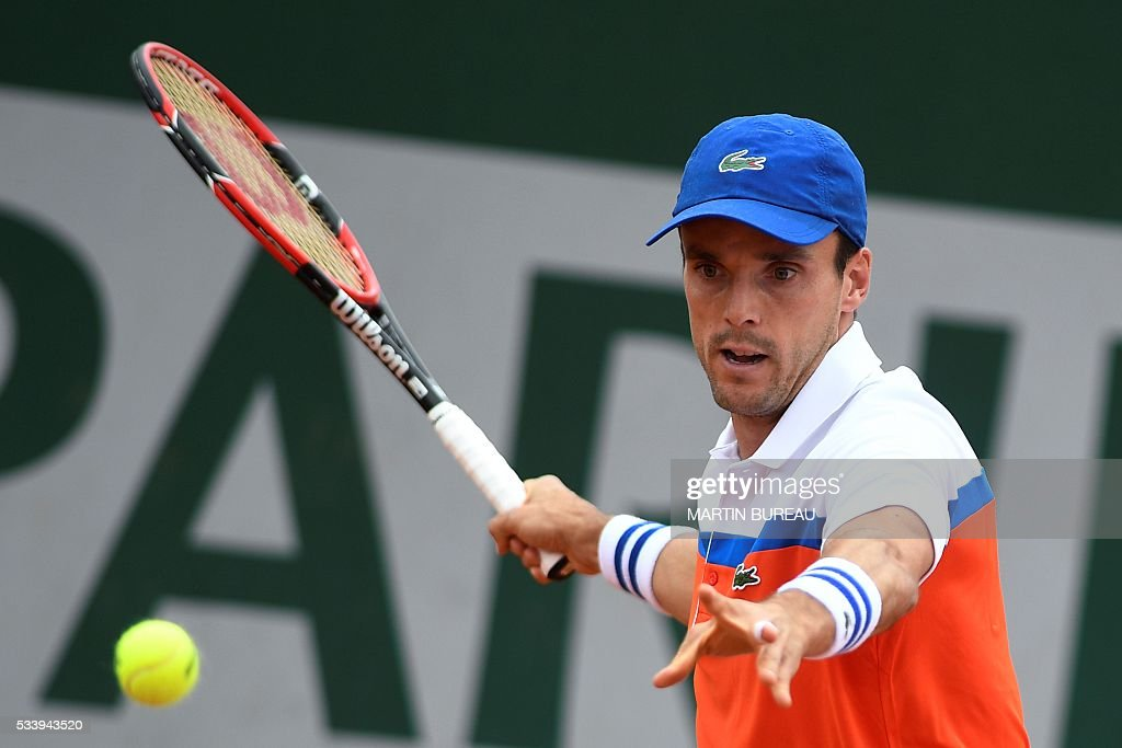 Spain's Roberto Bautista Agut returns the ball to Russia's Dmitry Tursunov during their men's first round match at the Roland Garros 2016 French Tennis Open in Paris on May 24, 2016. / AFP / MARTIN
