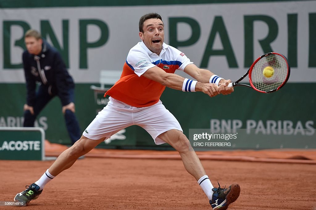 Spain's Roberto Bautista-Agut returns the ball to Serbia's Novak Djokovic during their men's fourth round match at the Roland Garros 2016 French Tennis Open in Paris on May 31, 2016. / AFP / Eric FEFERBERG