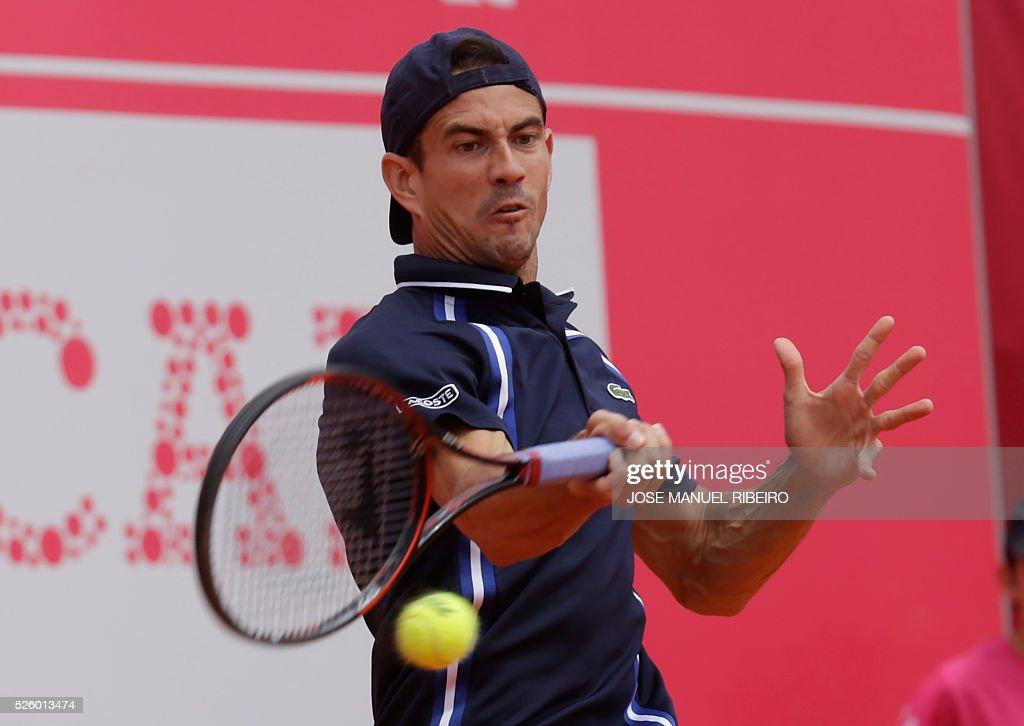 Spaniard Guillermo Garcia-Lopez returns a ball to France's Benoit Paire during their quarter-final Estoril Open Tennis tournament in Estoril on April 29, 2016. / AFP / JOSE