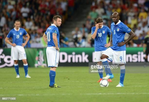 FUSSBALL EUROPAMEISTERSCHAFT Spanien Italien Leonardo Bonucci Antonio Cassano Riccardo Montolivo Mario Balotelli sind enttaeuscht