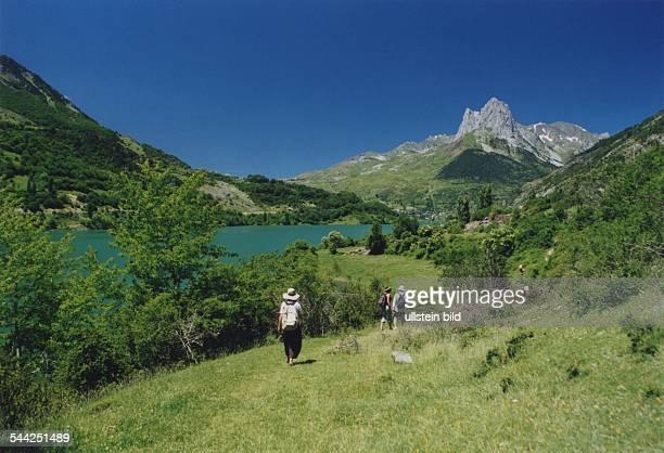 Spanien Pyrenaeen Berggipfel Bergsee und Wanderer