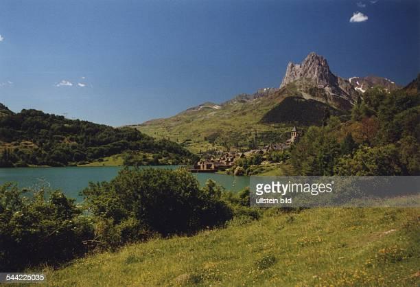 Spanien Pyrenaeen Berggipfel und Bergsee