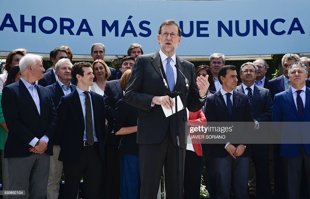 Spanish acting Prime Minister and Popular Party (PP) President Mariano Rajoy (C) speaks during the presentation of the PP candidates to the Spanish Congress for the June 26 upcoming general election in Madrid on May 24, 2016. / AFP / JAVIER