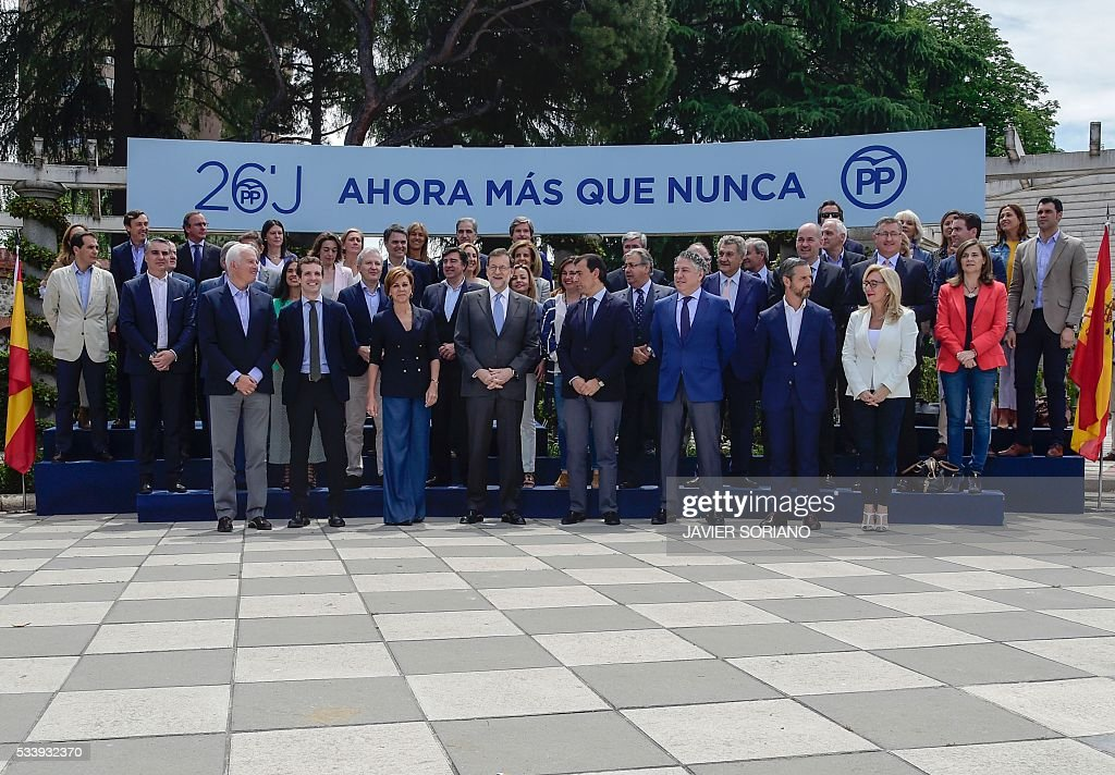 Spanish acting Prime Minister and Popular Party (PP) President Mariano Rajoy (C) poses with the PP candidates to the Spanish Congress for the June 26 upcoming general election during their presentation in Madrid on May 24, 2016. / AFP / JAVIER