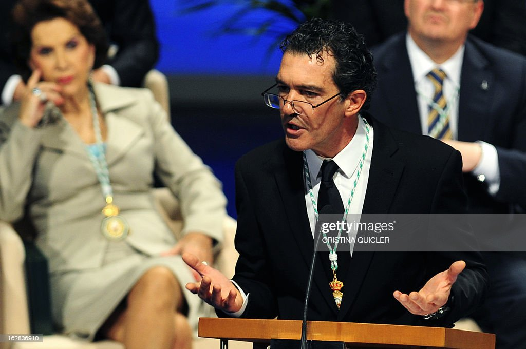 Spanish actor Antonio Banderas gives a speech after receiving the title of Favorite Son of Andalucia during a ceremony at the Maestranza Theatre in Sevilla on February 28, 2013. AFP PHOTO / CRISTINA QUICLER