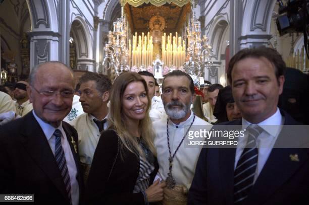 Spanish actor Antonio Banderas poses with his girlfriend Nicole Kimpel beside Mayor of Malaga Francisco de la Torre as he takes part in the 'Lagrimas...