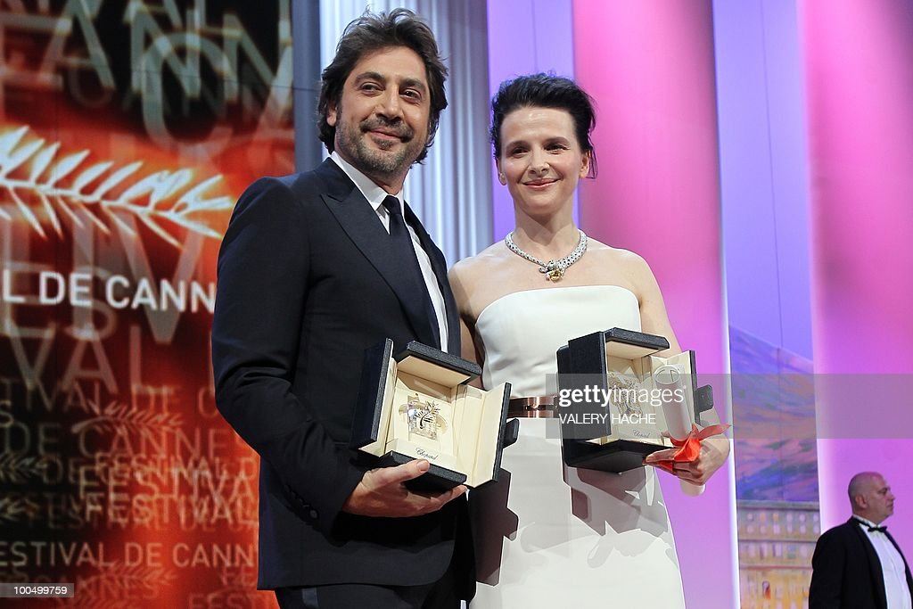 Spanish actor Javier Bardem and French actress Juliette Binoche pose after winning the Best Actress and Actor award during the closing ceremony at the 63rd Cannes Film Festival on May 23, 2010 in Cannes.