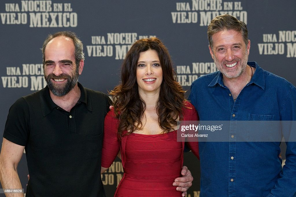 Spanish actor <a gi-track='captionPersonalityLinkClicked' href=/galleries/search?phrase=Luis+Tosar&family=editorial&specificpeople=3383932 ng-click='$event.stopPropagation()'>Luis Tosar</a> (L) , Colombian actress <a gi-track='captionPersonalityLinkClicked' href=/galleries/search?phrase=Angie+Cepeda&family=editorial&specificpeople=714711 ng-click='$event.stopPropagation()'>Angie Cepeda</a> (C) and Spanish director <a gi-track='captionPersonalityLinkClicked' href=/galleries/search?phrase=Emilio+Aragon&family=editorial&specificpeople=3754665 ng-click='$event.stopPropagation()'>Emilio Aragon</a> (R) attend the 'A Night in Old Mexico' (Una Noche en el Viejo Mexico) photocall at the Telefonica Foundation on May 6, 2014 in Madrid, Spain
