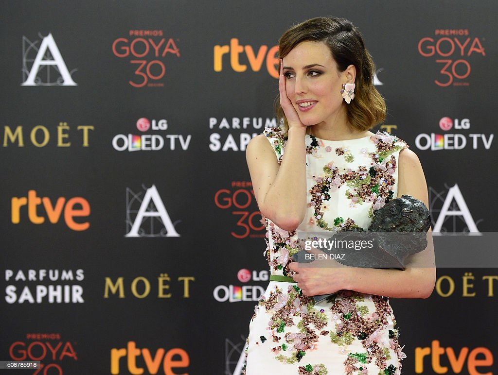 Spanish actress Natalia de Molina poses during a photocall after receiving the Goya award for best actress for her role in the film 'Techo y comida' at the 30th Goya film awards ceremony in Madrid on Feburary 6, 2016. AFP PHOTO / BELEN DIAZ / AFP / BELEN DIAZ