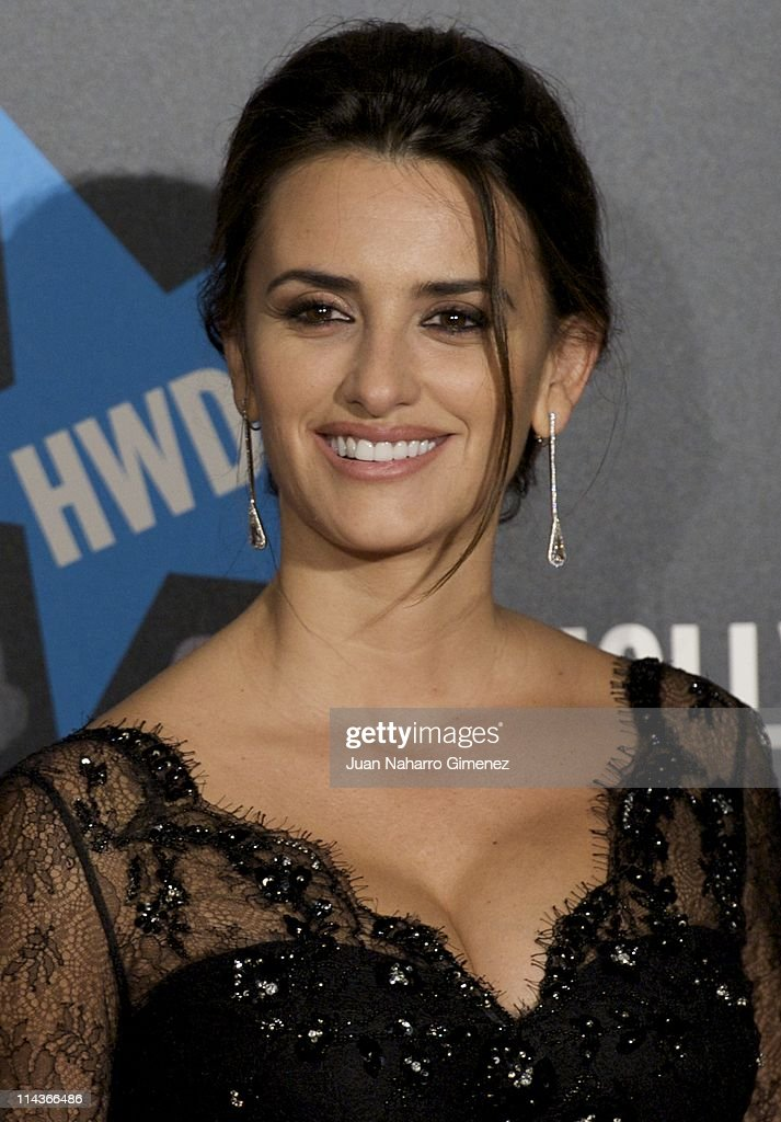 Spanish actress <a gi-track='captionPersonalityLinkClicked' href=/galleries/search?phrase=Penelope+Cruz&family=editorial&specificpeople=171775 ng-click='$event.stopPropagation()'>Penelope Cruz</a> attends 'Pirates Of The Caribbean: On Stranger Tides' (Piratas del Caribe: en Mareas Misteriosas) premiere at Kinepolis Cinema on May 18, 2011 in Madrid, Spain.