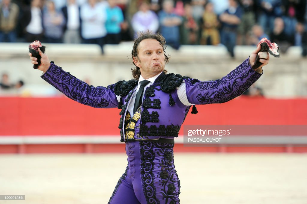 Spanish bullfighter Julio Aparicio receives a standing ovation after cutting two ears to Nunez del Cuvillo fighting bull, on May 20, 2010 in Nimes, during the Nimes Feria Bullfighting Festival (Feria de la Pentecote).