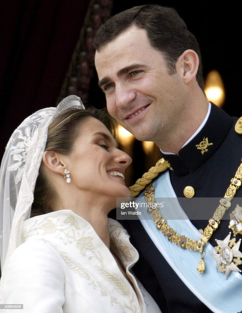 Spanish Crown Prince Felipe de Bourbon and his bride Letizia kiss as the Royal couple appears on the balcony of Royal Palace May 22, 2004 in Madrid.