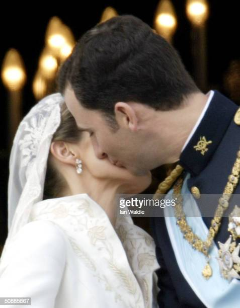 Spanish Crown Prince Felipe de Bourbon and his bride Letizia kiss as the Royal couple appears on the balcony of Royal Palace May 22 2004 in Madrid