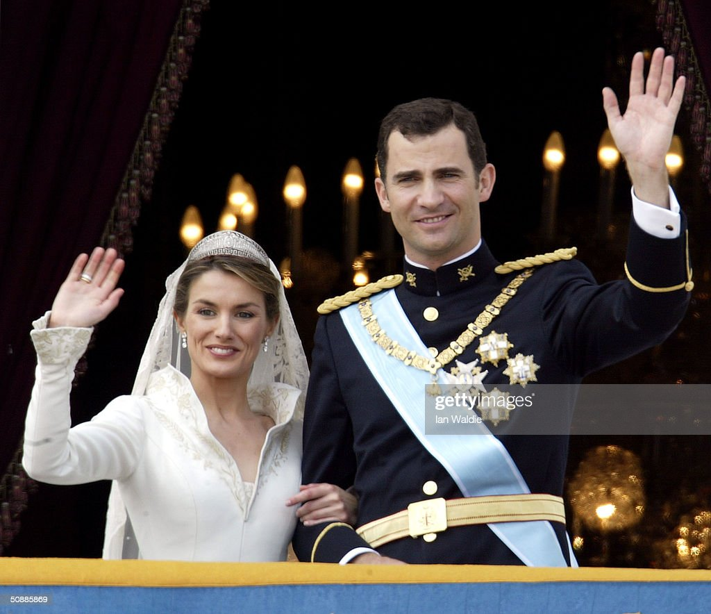 Spanish Crown Prince Felipe de Bourbon and his bride Letizia wave as the Royal couple appears on the balcony of Royal Palace May 22, 2004 in Madrid.
