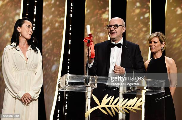 Spanish director Juanjo Gimenez poses with the Palme d'Or award for Best Short Film for 'Timecode' next to President of the Cinefondation and Short...