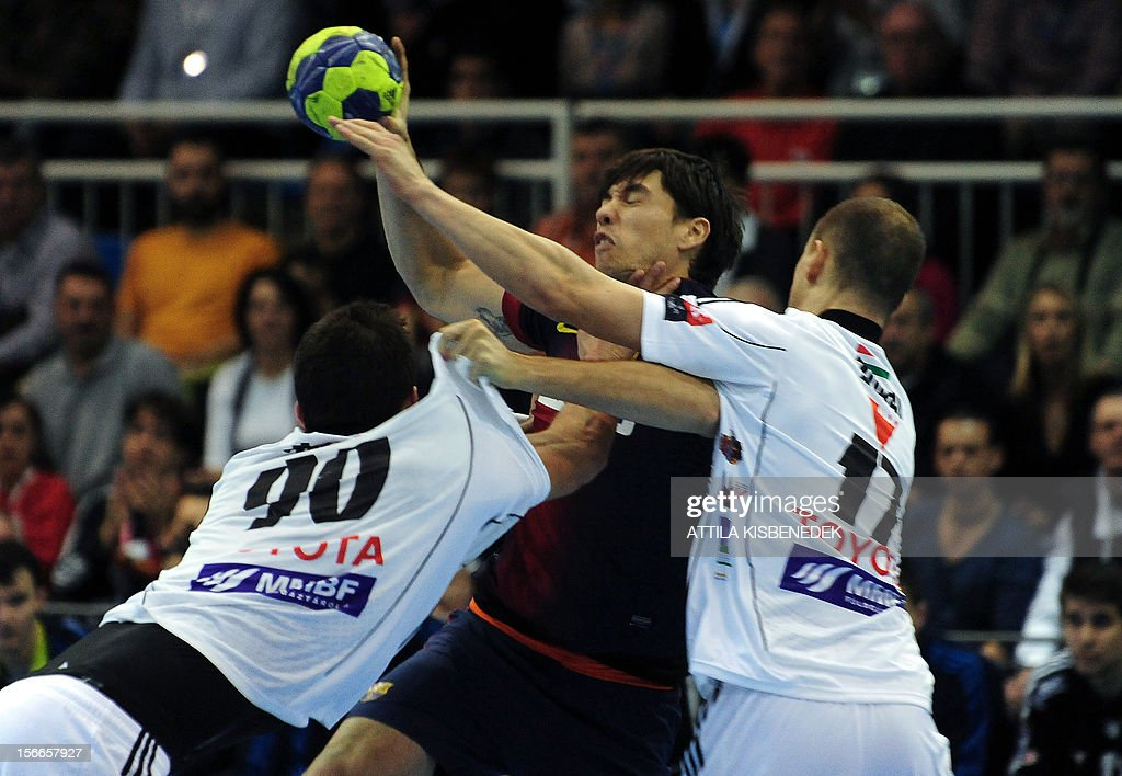 Spanish FC Barcelona's Mikel Aguirrezabalaga (C) is pushed by Hungarian Gabor Ancsin (L) and Szabolcs Zubai (R) on November 18, 2012 in Szeged during their EHF Champions League match.