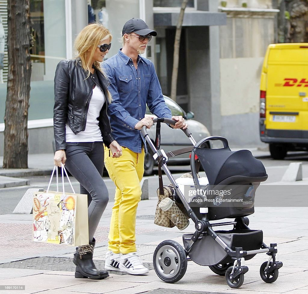 Spanish football player Jose Maria Gutierrez 'Guti' argentinian Tv presenter Romina Belluscio and their son Enzo are seen on April 30 2013 in Madrid...