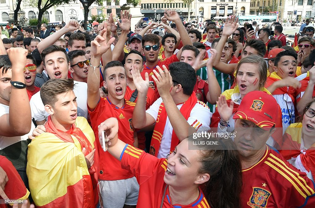 Spanish football team supporters shout and gesture at Catalunya square in Barcelona on June 27, 2016 before the Euro 2016 football match between Spain and Italy held at the Stade de France stadium in Paris, France. / AFP / LLUIS