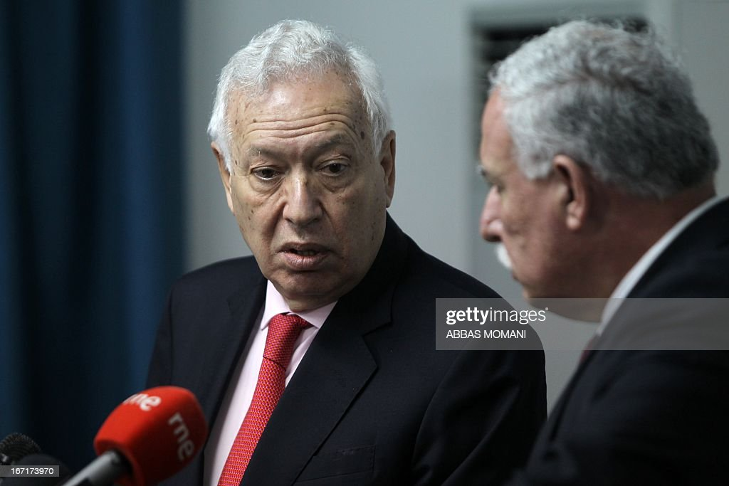 Spanish Foreign Minister Jose Manuel Garcia-Margallo (L) talks with Palestinian foreign minister Riyad al-Malki during give a press conference after a meeting on April 22, 2013 in the West Bank city of Ramallah. Margallo begins a two-day visit to Israel and the Palestinian territories.
