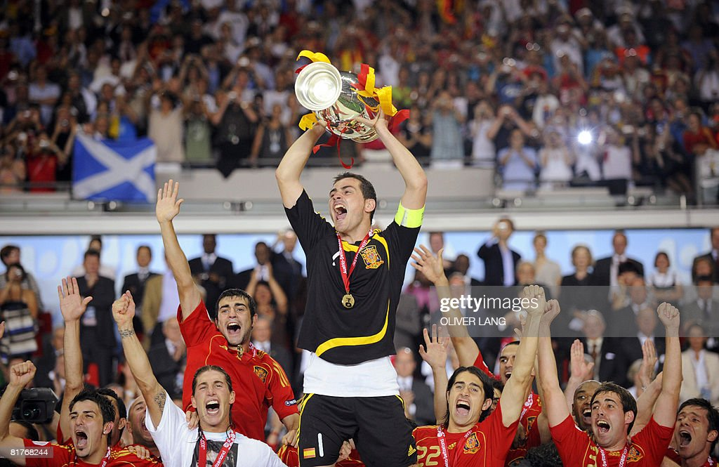 Spanish goalkeeper Iker Casillas (C) holds the Euro 2008 championships trophy after Spain won the final football match over Germany on June 29, 2008 at Ernst-Happel stadium in Vienna, Austria. Spain ended their 44-year wait for a major international title with a 1-0 victory over Germany at the Euro 2008 final. -- MOBILE SERVICES OUT --