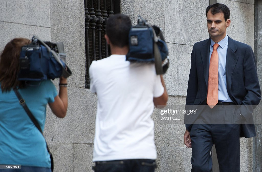 Spanish High Court judge Pablo Ruz (R) leaves the court in Madrid on July 16, 2013. Pablo Ruz, the judge in charge of an alleged slush fund scandal probe and a separate corruption case, both implicating former PP (Popular Party)'s treasurer Luis Barcenas, quizzed Barcenas on July 15. Barcenas told the judge that he had handed 25,000 euros (33,000 USD) in cash to Rajoy in 2010 and the same amount to the party's deputy leader Maria Dolores de Cospedal, sources present at the hearing told reporters afterwards. AFP PHOTO / DANI POZO