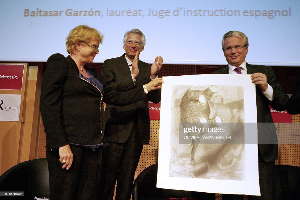 Spanish judge Baltasar Garzon (R) receives the Rene Cassin Freedom and Democracy prize at Sciences Po Paris (Institute of Political Studies), on May 17, 2010 as French former Prime Minister Dominique de Villepin (C) applauses and French former investigating magistrate Eva Joly looks on. Garzon was suspended from his post on May 14, 2010 ahead of his trial for abuse of power linked to a probe of Franco-era crimes.