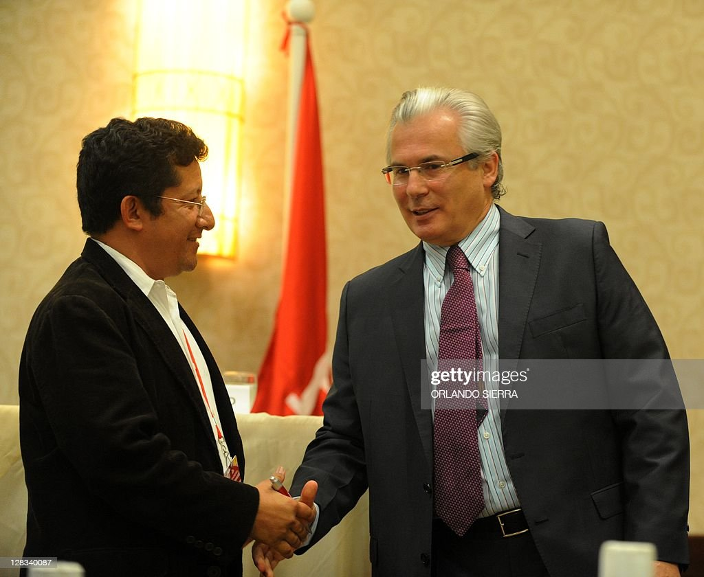 Spanish judge Baltasar Garzon talks with journalist Felix Molina during a press conference in Tegucigalpa on October 6 2011 2011 Garzon arrived in...