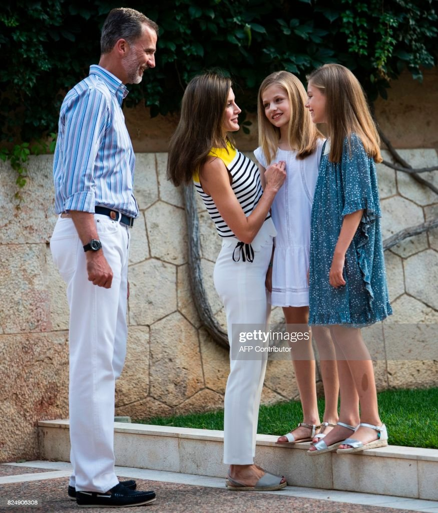 Spanish King Felipe VI (L) and Queen Letizia (2L) pose with their daughters Spanish crown princess Leonor (2L) and princess Sofia in the gardens at the Marivent Palace on the island of Mallorca on July 31, 2017. The royal family traditionally spends its summer holidays at the Marivent Palace. /