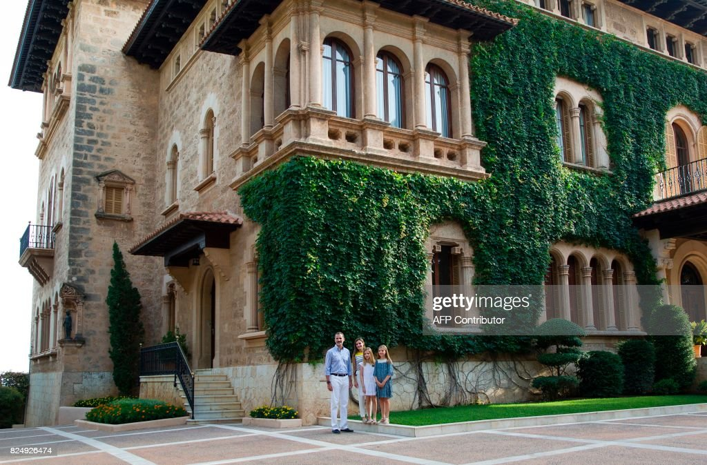 Spanish King Felipe VI (L) and Queen Letizia (2L) pose with their daughters Spanish crown princess Leonor (2R) and princess Sofia in front of the Marivent Palace on the island of Mallorca on July 31, 2017. The royal family traditionally spends its summer holidays at the Marivent Palace. /