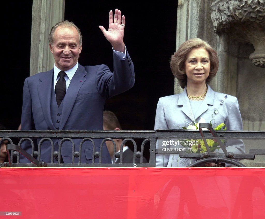 Spanish King Juan Carlos (L) and Queen Sofia wave from the balcony of the Mons townhall 17 May 2000. The King and Queen are on an official visit to Belgium.