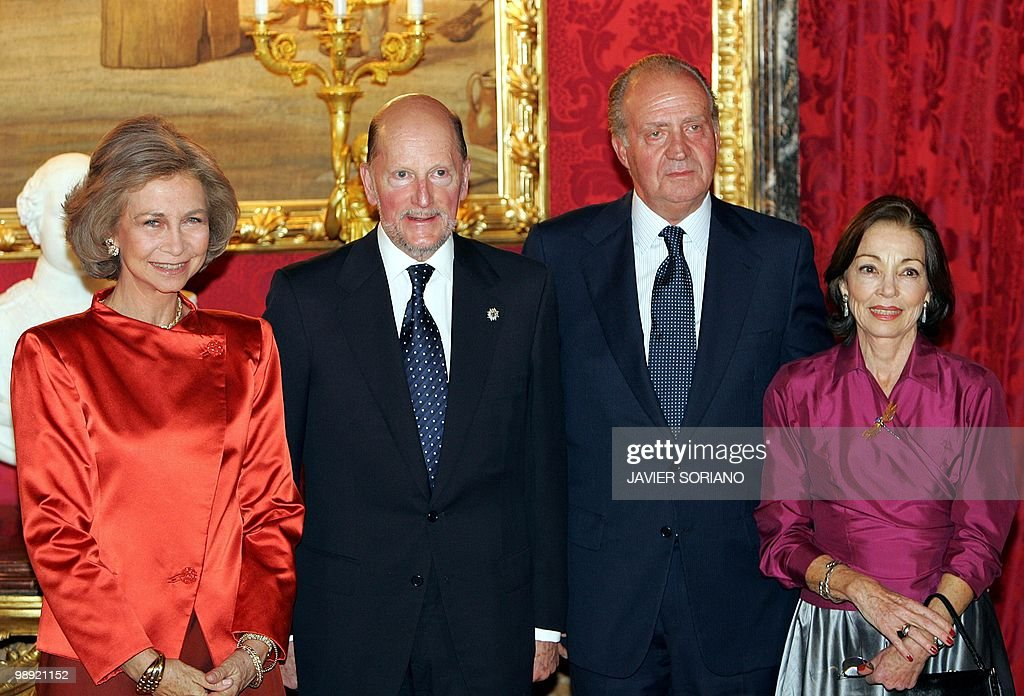 Spanish King Juan Carlos (2R), Queen Sofia (L), Bulgarian Prime Minister Simeon of Saxe-Coburg Gotha (2L) and his wife Margarita pose for the photographers before a private dinner during Saxe-Coburg's official visit to Spain at Real Palace in Madrid 29 September 2004. AFP PHOTO/ Javier SORIANO.